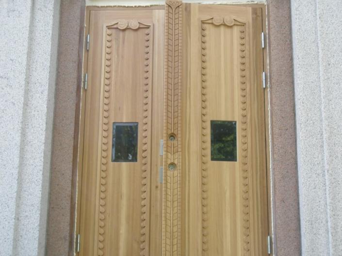 Puidust kahepoolne uks